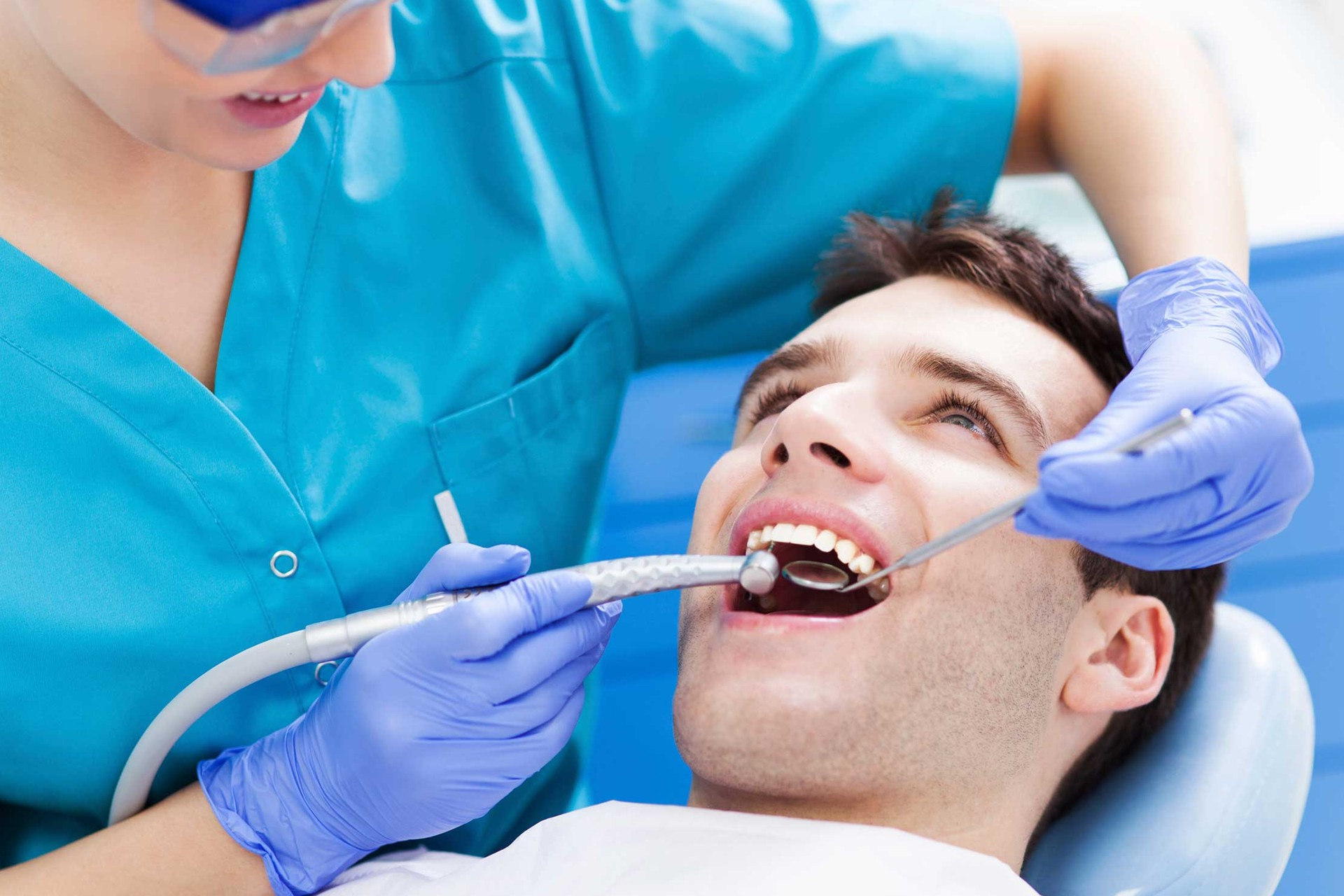 Mężczyzna na fotelu dentystycznym